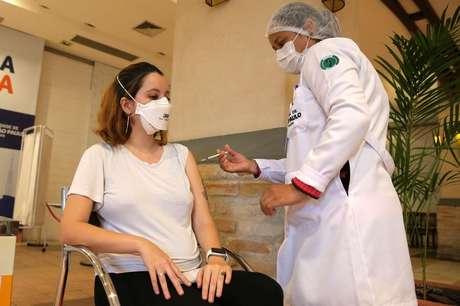 Enfermeira vacina mulher grávida contra a Covid-19 no país. 07/06/2021. REUTERS/Carla Carniel.