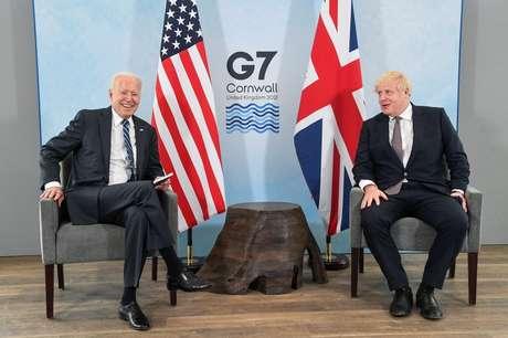 Presidente dos EUA, Joe Biden, e primeiro-ministro britânico, Boris Johnson, durante reunião antes de encontro de cúpula do G7 na Cornuálhia, Reino Unido 10/06/2021 REUTERS/Toby Melville/Pool