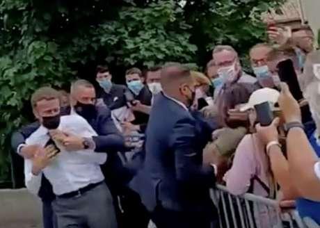 Macron é protegido após levar durante visita a Tain-L'Hermitage  8/6/2021   BFMTV/ReutersTV via REUTERS