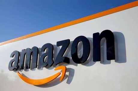 Logotipo da Amazon em frente a unidade da companhia, na França. 8/8/2018. REUTERS/Pascal Rossignol