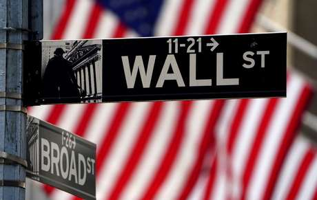 Placa de Wall Street em frente à Bolsa de Nova York 16/04/2021 REUTERS/Carlo Allegri