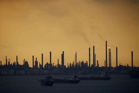 Refinaria de petróleo Shell's Pulau Bukom, na Cingapura. 30/01/2016 REUTERS/Edgar Su