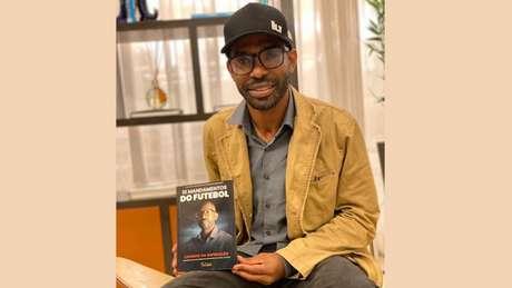 Valor da venda dos livros será revertido para uma ONG do agente (Foto: Divulgação)