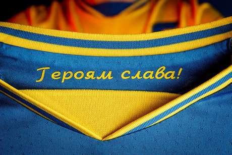 Detalhe da frase 'Glória aos Heróis', em cirílico, na gola interna da camisa da Ucrânia para a Euro.