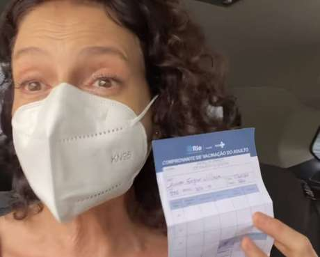 A atriz Denise Fraga, de 56 anos, que tomou a primeira dose da vacina contra a covid-19