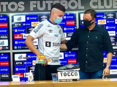Danilo Boza foi apresentado pelo executivo André Mazzuco (FOTO: Divulgação/Santos FC)