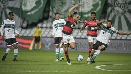 O camisa 10 Diego em ação nesta quinta-feira, no Couto Pereira (Foto: Alexandre Vidal / Flamengo)