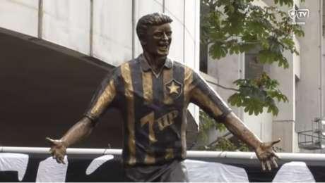 Nova estátua de Túlio Maravilha no setor leste do estádio Nilton Santos(Foto: Reprodução/BotafogoTV)