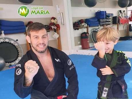 Matheus Serafim ao lado do filho no tatame dentro de casa (Foto: Arquivo Pessoal)