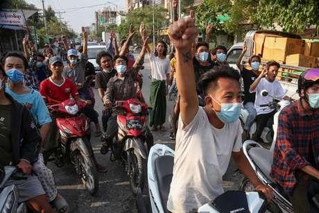 Um protesto contra os militares em Mandalay