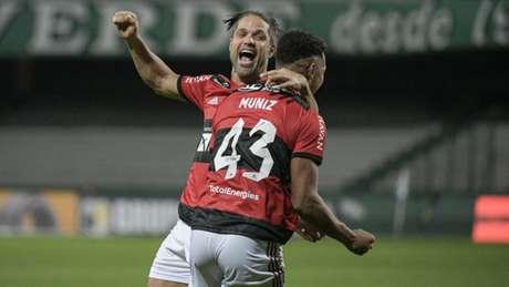 Diego e Rodrigo Muniz celebram o gol marcado no Couto Pereira (Foto: Alexandre Vidal / Flamengo)