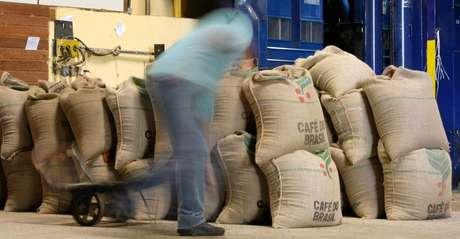 Armazém com sacas de café em Alfenas (MG)  07/07/2008 REUTERS/Paulo Whitaker