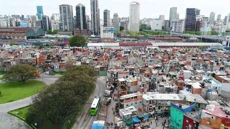 Favela Villa 31 fica entre a Recoleta e Puerto Madero, em Buenos Aires; capital argentina reflete divisões culturais e sociais, diz Margulis