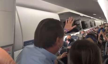 Bolsonaro divide opiniões entre passageiros de voo