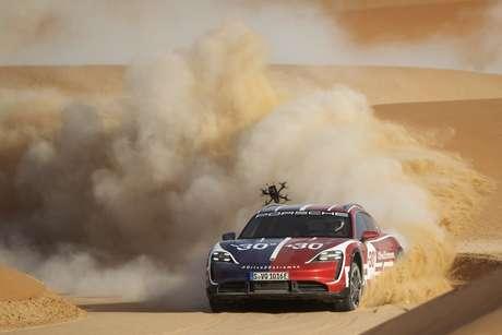 Porsche Taycan Cross Turismo no calor escaldante de Liwa.