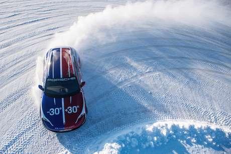 Porsche Taycan Cross Turismo no frio cortante de Levi .
