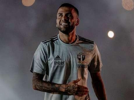 Daniel Alves é o maior ganhador de troféis da história do futebol (Foto: instagram/ @danialves)