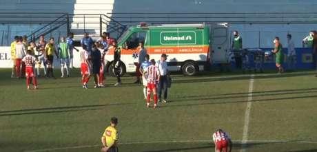 Caio Cézar foi transferido com o auxílio de uma ambulância para um hospital em Sorocaba (Foto: Reprodução/Eleven)