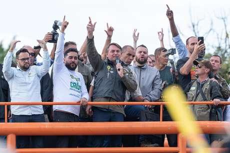 Sem máscara, Jair Bolsonaro discursa em ato com motociclistas