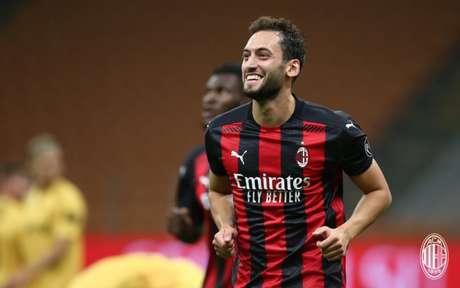 Çalhanoglu foi o principal nome do Milan na última temporada (Foto: Divulgação / Site oficial do Milan)
