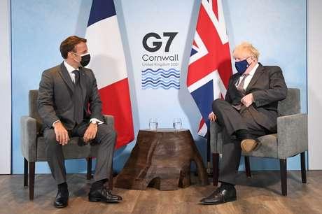 Primeiro-ministro britânico, Boris Johnson, e o presidente da França, Emmanuel Macron, durante encontro do G7. 12/6/2021. Stefan Rousseau/Pool via REUTERS