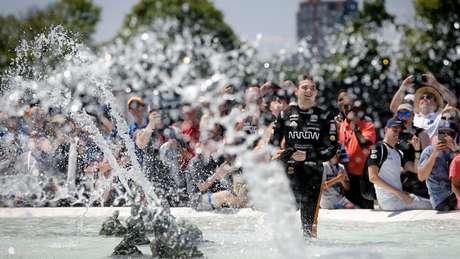 Pato O'Ward festeja a vitória em Detroit com o tradicional banho na fonte