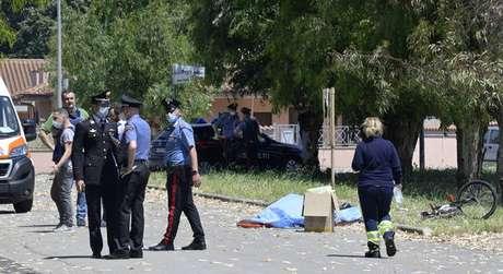 Autoridades estão no local e tentam contato com autor de disparos
