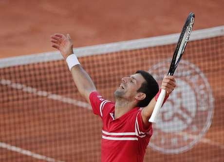 Tenista Novak Djokovic comemora após vencer a final de Roland Garros sobre e grego Stefanos Tsitsipas. 13/6/2021 Serbia's  REUTERS/Benoit Tessier
