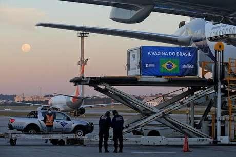 Contêiner refrigerado contendo vacinas contra Covid-19 chega ao aeroporto de Guarulhos. 25/5/2021. REUTERS/Carla Carniel