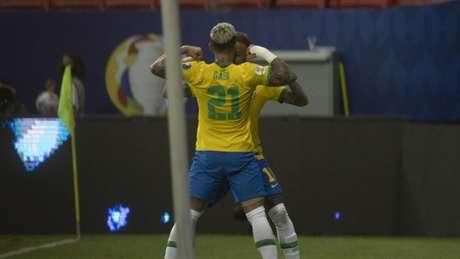 Gabigol e Neymar comemorando o tento do camisa 21 (Lucas Figueiredo/CBF)