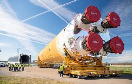 Primeiro estágio do foguete SLS sendo transportado de Nova Orleans para o Mississippi para testes