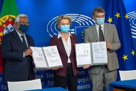 António Costa, Ursula von der Leyen e David Sassoli exibem projeto que institui certificado de viagem