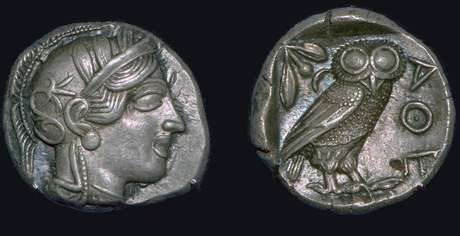 Coruja europeia era animal sagrado da deusa Atenas na mitologia grega; na cultura romana, era o pássaro de Minerva