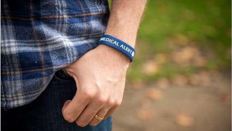 Thomas carrega consigo uma pulseira caso sofra crise epiléptica fora de casa