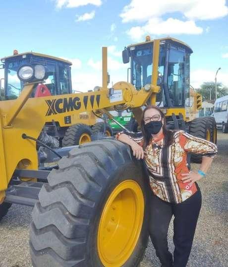 A prefeita de Itapajé (CE), Doutora Gorete, com maquinário recebido para o município