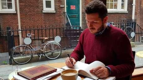 Thomas Leeds escrevendo seu livro infantil