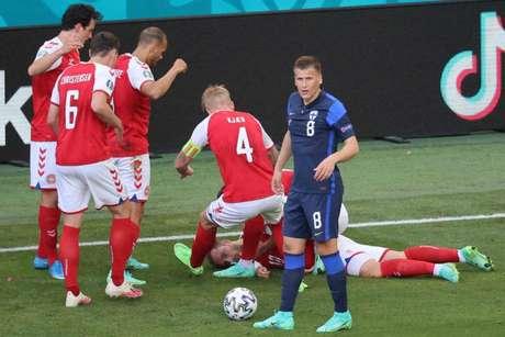 Atletas da Dinamarca ficaram abalados com mal súbito de Eriksen (Foto: WOLFGANG RATTAY / POOL / AFP)