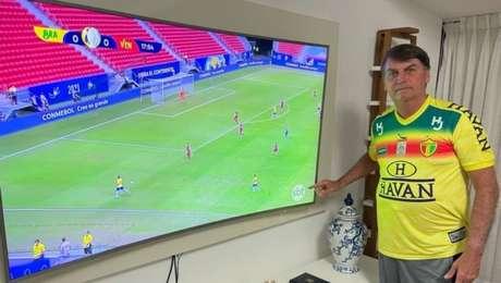 Bolsonaro posta foto assistindo a Copa América no SBT