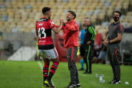 Muniz recebeu elogios de Mauricio Souza (Foto: Alexandre Vidal/Flamengo)