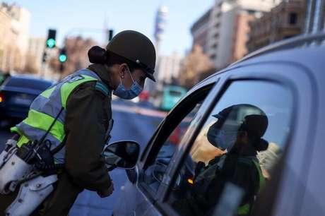 Policial controla circulação de veículos numa avenida principal em Santiago, no Chile, durante a pandemia de Covid-19. 12/6/2021. REUTERS/Ivan Alvarado