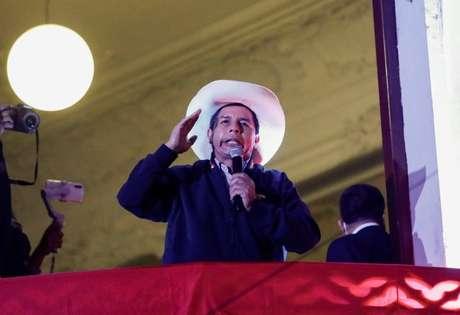 Candidato à Presidência do Peru Pedro Castillo discursa para apoiadores na sede de seu partido em Lima 10/06/2021 REUTERS/Angela Ponce