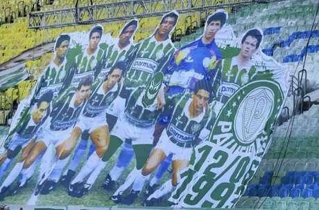 Bandeirão da torcida do Palmeiras com equipe campeã Paulista em 1993 contou com uma máscara no rosto de Edilson 'Capetinha' (Reprodução / Instagram)