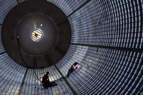 Trabalhadores dentro do tanque de hidrogênio dos SLS fazem manutenção nas paredes