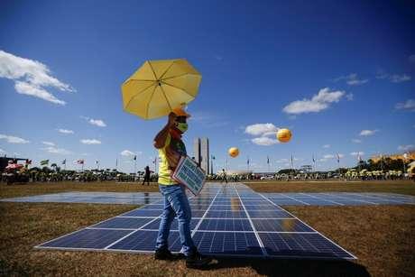 Manifestante em favor de uso de energia solar 8/06/2021 REUTERS/Adriano Machado