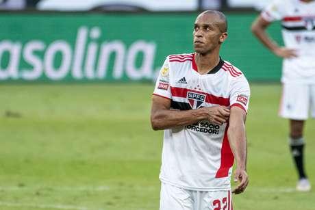 Miranda sentiu lesão e precisou ser substituído contra o Atlético-MG