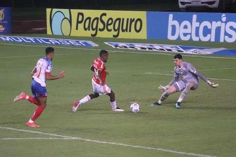 Bahia e Internacional em partida disputada neste domingo (13)