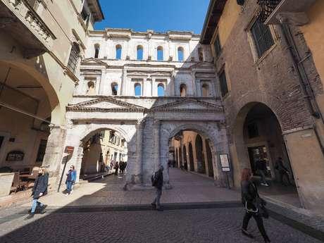 Portão da cidade de Porta Borsari em Verona