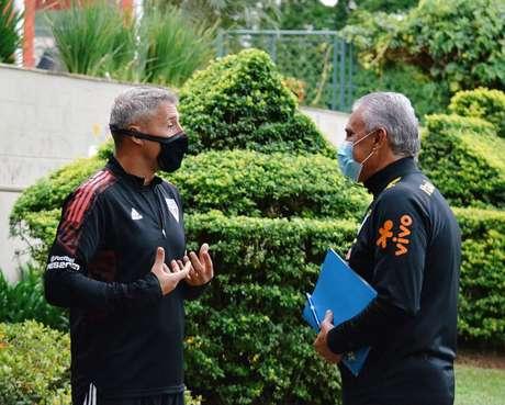 Hernán Crespo e Tite interagiram no CT da Barra Funda na última semana (Foto: Divulgação/saopaulofc)