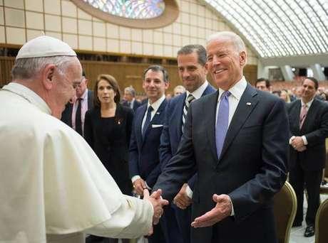 Papa Francisco e Joe Biden durante encontro em abril de 2016, quando o democrata era vice-presidente