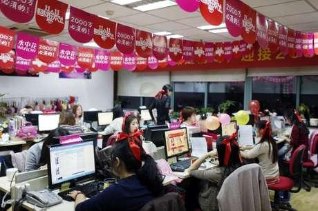 Funcionários nos escritórios de companhia que realiza vendas através do Alibaba em Hangzhou, China  11/11/2014 REUTERS/Aly Song